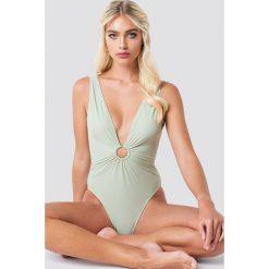NA-KD Swimwear Kostium kąpielowy z detalem - Green. Zielone kostiumy jednoczęściowe damskie NA-KD Swimwear. Za 121.95 zł.
