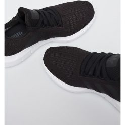 Adidas Originals - Buty Swift Run. Czarne obuwie sportowe damskie adidas Originals. W wyprzedaży za 329.90 zł.
