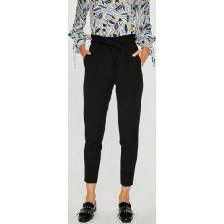Medicine - Spodnie Basic. Czarne spodnie materiałowe damskie MEDICINE, z haftami, z elastanu. W wyprzedaży za 111.90 zł.