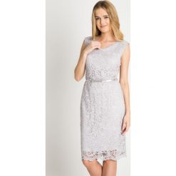 Szara koronkowa sukienka z paskiem QUIOSQUE. Szare sukienki damskie QUIOSQUE, w koronkowe wzory, z koronki, eleganckie, z kopertowym dekoltem, bez rękawów. W wyprzedaży za 99.99 zł.