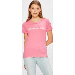 Calvin Klein Jeans - Top. Różowe topy damskie Calvin Klein Jeans, z nadrukiem, z bawełny, z okrągłym kołnierzem, z krótkim rękawem. Za 119.90 zł.