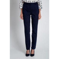 Granatowe spodnie z haftem QUIOSQUE. Szare spodnie materiałowe damskie QUIOSQUE, w geometryczne wzory, z bawełny. W wyprzedaży za 89.99 zł.