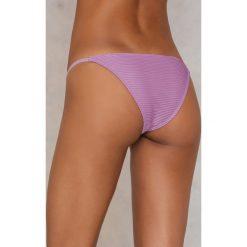NA-KD Swimwear Dół od bikini z cienkimi paskami - Purple. Fioletowe bikini damskie NA-KD Swimwear, w paski. W wyprzedaży za 40.48 zł.