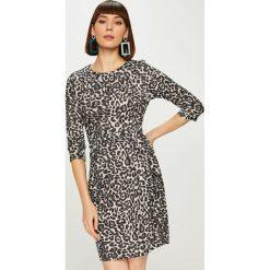 Answear - Sukienka Animal Me. Szare sukienki damskie ANSWEAR, z dzianiny, casualowe, z okrągłym kołnierzem. Za 149.90 zł.