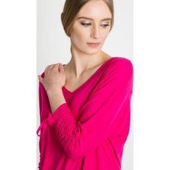 Różowa bluzka z wiązaniem na rękawach BIALCON. Czerwone bluzki damskie BIALCON, z jeansu. W wyprzedaży za 106.00 zł.
