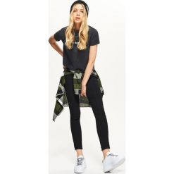 Jeansowe jegginsy z zamkiem z tyłu - Czarny. Czarne legginsy damskie Cropp, z jeansu. Za 69.99 zł.