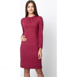 Bordowa dopasowana sweterkowa sukienka QUIOSQUE. Czerwone sukienki damskie QUIOSQUE, na jesień, z puchu, ze stójką, z długim rękawem. W wyprzedaży za 139.99 zł.