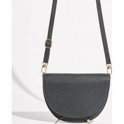 Półokrągła torebka z klapą - Czarny. Czarne torebki do ręki damskie Sinsay. Za 49.99 zł.