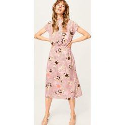 Sukienka we wzory - Różowy. Czerwone sukienki damskie Reserved. W wyprzedaży za 79.99 zł.