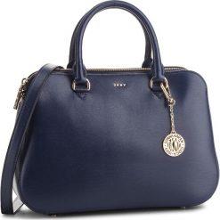 Torebka DKNY - Bryant Md Satchel R83D3620 Navy NVY. Niebieskie torebki do ręki damskie DKNY, ze skóry. Za 1,199.00 zł.