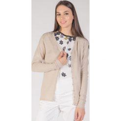 Klasyczny beżowy sweter z guzikami  QUIOSQUE. Kardigany damskie QUIOSQUE, z wiskozy. W wyprzedaży za 29.99 zł.