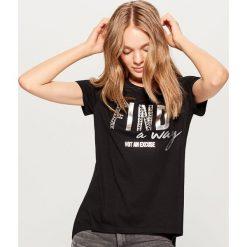 Koszulka z błyszczącą aplikacją - Czarny. Czarne bluzki damskie Mohito, z aplikacjami. W wyprzedaży za 29.99 zł.