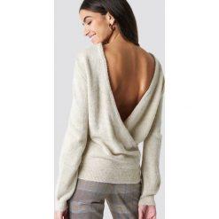 NA-KD Trend Dzianinowy sweter z kopertowym tyłem - Beige. Brązowe swetry damskie NA-KD Trend, z dzianiny, z kopertowym dekoltem. Za 121.95 zł.