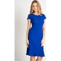 Kobaltowa sukienka z falbaną u dołu QUIOSQUE. Niebieskie sukienki damskie QUIOSQUE, z tkaniny, eleganckie, z kopertowym dekoltem. W wyprzedaży za 79.99 zł.