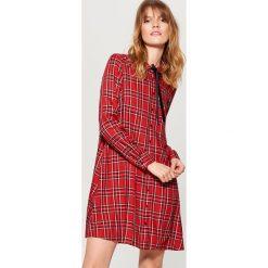 Sukienka koszulowa - Czerwony. Czerwone sukienki damskie Mohito, z koszulowym kołnierzykiem. Za 99.99 zł.