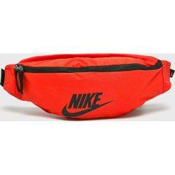 Nike Sportswear - Nerka. Czerwone saszetki męskie Nike Sportswear, w paski, z materiału. Za 79.90 zł.
