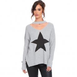 """Sweter """"Etoile"""" w kolorze jasnoszarym. Szare swetry damskie Cosy Winter, prążkowane, z okrągłym kołnierzem. W wyprzedaży za 136.95 zł."""