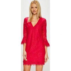 Guess Jeans - Sukienka. Czerwone sukienki damskie Guess Jeans, z aplikacjami, z bawełny, casualowe, z długim rękawem. Za 639.90 zł.