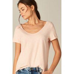 Bawełniana koszulka z dekoltem w szpic - Różowy. Czerwone t-shirty damskie Mohito, z bawełny. Za 19.99 zł.