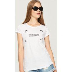 T-shirt z nadrukiem - Biały. Białe t-shirty damskie Sinsay, z nadrukiem. Za 19.99 zł.