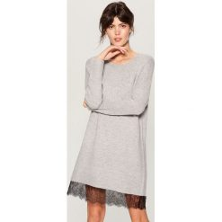 Swetrowa sukienka z koronką - Jasny szar. Szare sukienki damskie Mohito, w koronkowe wzory, z koronki. Za 129.99 zł.