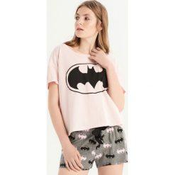 Dwuczęściowa piżama z Batmanem - Różowy. Czerwone piżamy damskie Sinsay, z motywem z bajki. Za 49.99 zł.