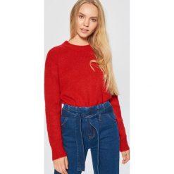 Sweter o klasycznym kroju - Czerwony. Czerwone swetry damskie Cropp, z klasycznym kołnierzykiem. Za 79.99 zł.