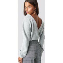 NA-KD Trend Dzianinowy sweter z kopertowym tyłem - Grey. Szare swetry damskie NA-KD Trend, z dzianiny, z kopertowym dekoltem. Za 121.95 zł.