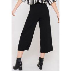 Rut&Circle Spodnie z rozcięciami Ofelia - Black. Czarne spodnie materiałowe damskie Rut&Circle, z haftami, z poliesteru. Za 161.95 zł.