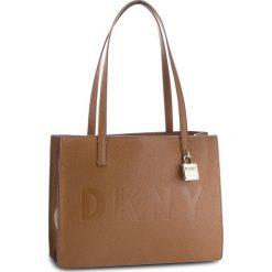 Torebka DKNY - Commuter Md Tote R83AA667  Vic 249. Brązowe torebki do ręki damskie DKNY, ze skóry. Za 1,069.00 zł.