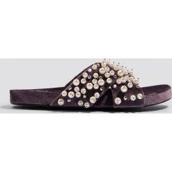 NA-KD Shoes Aksamitne klapki z perełkami - Purple. Fioletowe klapki damskie NA-KD Shoes, w paski. Za 121.95 zł.