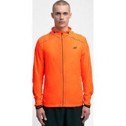 Kurtka do biegania męska KUMTR202 - pomarańcz neon. Kurtki sportowe męskie marki KIPSTA. W wyprzedaży za 99.99 zł.