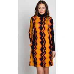 Dzianinowa prosta sukienka w geometryczne wzory  BIALCON. Brązowe sukienki damskie BIALCON, w geometryczne wzory, z dzianiny, biznesowe, z golfem. W wyprzedaży za 150.00 zł.