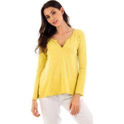 Koszulka w kolorze żółtym. Bluzki damskie fille de Coton, z bawełny, klasyczne, z okrągłym kołnierzem, z długim rękawem. W wyprzedaży za 69.95 zł.