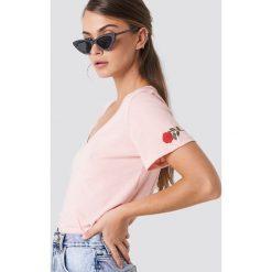 NA-KD T-shirt z haftowaną różą - Pink. Różowe t-shirty damskie NA-KD, z haftami, dekolt w kształcie v. Za 72.95 zł.