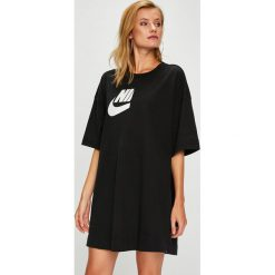 Nike Sportswear - Top. Czarne topy damskie Nike Sportswear, z nadrukiem, z bawełny, z okrągłym kołnierzem, z krótkim rękawem. Za 199.90 zł.