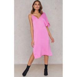 NA-KD Sukienka midi z asymetrycznymi ramionami - Pink. Sukienki damskie NA-KD, z asymetrycznym kołnierzem. W wyprzedaży za 40.19 zł.
