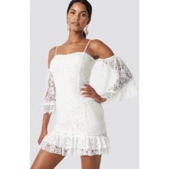 Trendyol Koronkowa sukienka z falbanką - White,Offwhite. Białe sukienki damskie Trendyol, z koronki, z falbankami. W wyprzedaży za 170.07 zł.