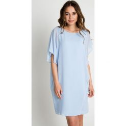 Oversize'owa błękitna sukienka BIALCON. Niebieskie sukienki damskie BIALCON, eleganckie, z kopertowym dekoltem. Za 309.00 zł.