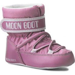 Śniegowce MOON BOOT - Crib 34010100003 Lt Pink. Śniegowce dziewczęce Moon Boot, z materiału. W wyprzedaży za 159.00 zł.