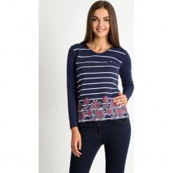 Granatowa bluzka w paski z kwiatami QUIOSQUE. Niebieskie bluzki damskie QUIOSQUE, z nadrukiem, z bawełny, biznesowe, z dekoltem w łódkę, z długim rękawem. W wyprzedaży za 59.99 zł.