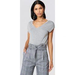 Rut&Circle Czarny t-shirt z wycięciem na plecach Alma - Grey. Szare t-shirty damskie Rut&Circle, z dekoltem na plecach. Za 80.95 zł.