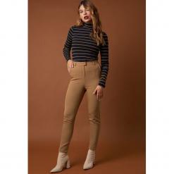 NA-KD Classic Dopasowane spodnie garniturowe - Brown. Brązowe spodnie materiałowe damskie NA-KD Classic. Za 161.95 zł.
