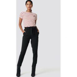 NA-KD Spodnie z wiązaniem - Black. Czarne spodnie materiałowe damskie NA-KD, w paski, z poliesteru. Za 121.95 zł.