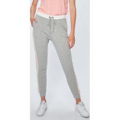 Roxy - Spodnie. Szare spodnie sportowe damskie Roxy, z bawełny. Za 249.90 zł.