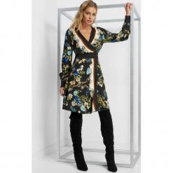 Kopertowa sukienka w kwiaty. Czarne sukienki damskie Orsay, na lato, w kolorowe wzory, z satyny, z kopertowym dekoltem. Za 159.99 zł.
