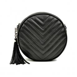 Skórzana torebka w kolorze czarnym - (S)19 x (W)19 x (G)6 cm. Czarne torby na ramię damskie Akcesoria na sylwestrową noc. W wyprzedaży za 219.95 zł.