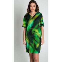 Zielona sukienka we wzory z krótkim rękawem BIALCON. Zielone sukienki damskie BIALCON, w kolorowe wzory, wizytowe, z dekoltem w serek, z krótkim rękawem. W wyprzedaży za 254.00 zł.
