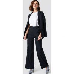 NA-KD Trend Rozszerzane spodnie garniturowe - Black. Czarne spodnie materiałowe damskie NA-KD Trend, z haftami. Za 181.95 zł.
