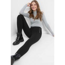 Tregginsy z przeszyciami. Czarne legginsy damskie Orsay, z elastanu. Za 79.99 zł.